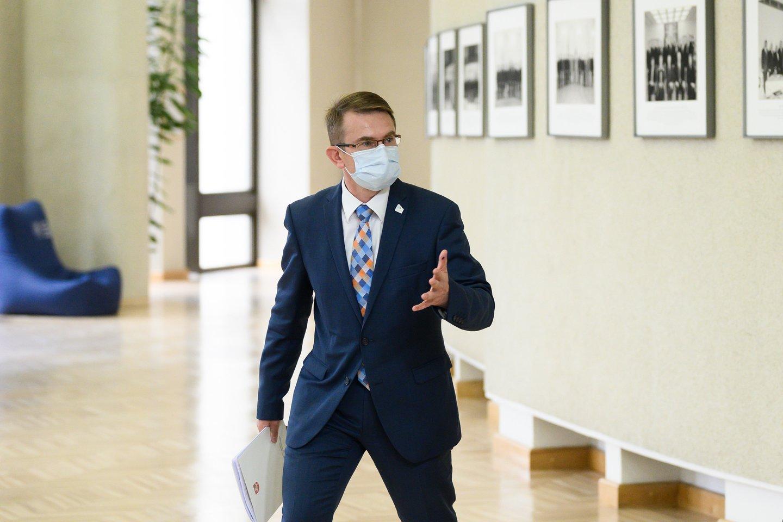 Nuo kadencijos pradžios prezidento su žemėmis maišomas sveikatos apsaugos ministras jau kelintą kartą atšovė, kad jį nukirsdinti gali tik jį karūnavusi premjerė.<br>V.Skaraičio nuotr.