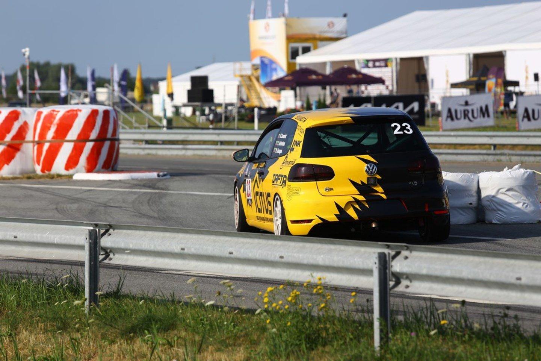 Labiausiai patyręs komandos lenktynininkas R.Devainis pasakojo, kad tiek geltonų vėliavų ir saugos automobilio fazių jam Palangoje dar neteko matyti.<br>Komandos nuotr.
