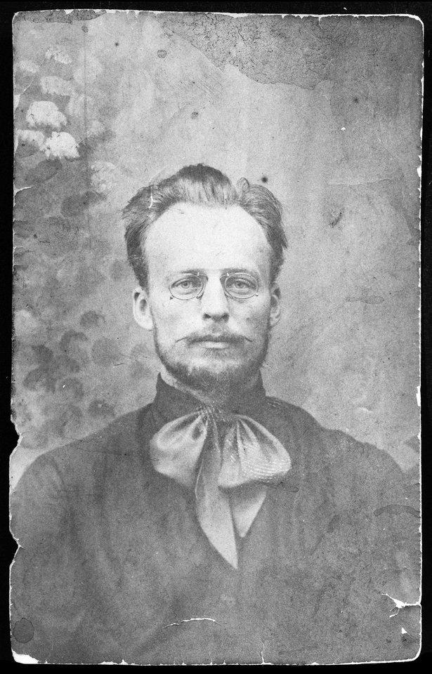 Dailininkas Oleksandras Bohomazovas (1906–1909 m). Gimęs pasiturinčioje šeimoje jis pasipriešino tėvo valiai ir pasirinko menininko kelią.<br>UNDM nuotr.