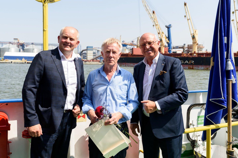 """Jūrų krovinių kompanijos """"Bega"""" vadovai Aloyzas Kuzmarskis (dešinėje) ir Laimonas Rimkus sveikina apdovanotąjį kolegą Antaną Kekį.<br>A.Kubaičio nuotr."""
