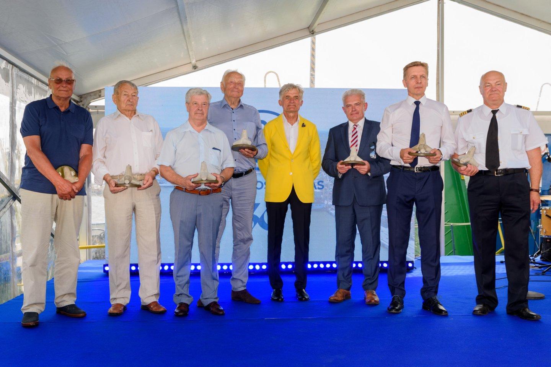 Apdovanoti prie Klaipėdos jūrų uosto plėtros reikšmingai prisidėję darbuotojai.<br>A.Kubaičio nuotr.