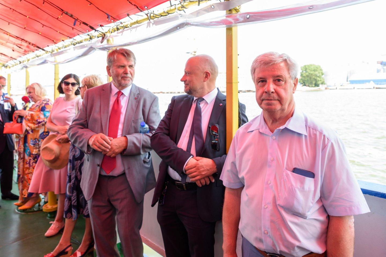 Klaipėdos universiteto profesorius, jūrų kapitonas Vytautas Paulauskas (dešinėje) - daugelio vadovėlių, knygų apie uostų veiklą ir laivininkystę autorius.<br>A.Kubaičio nuotr.