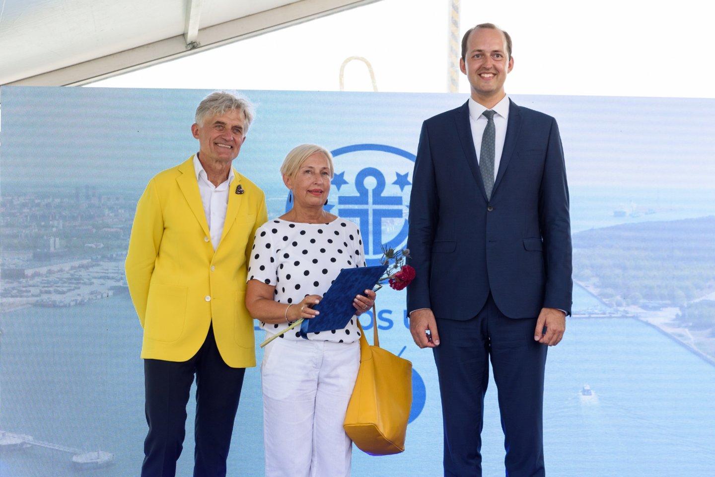 Transportininkai pasveikino muziejininkę O.Žalienę.<br>A.Kubaičio nuotr.