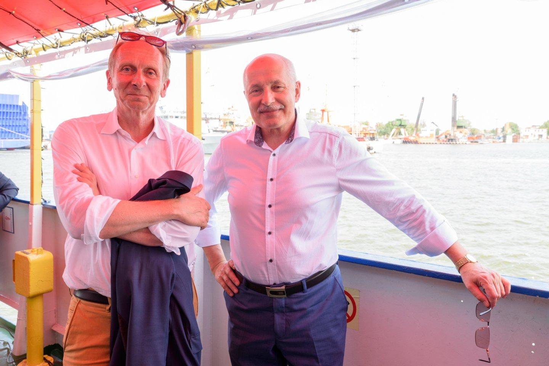 """Keltų laivybos įmonės """"DFDS Seaways"""" vadovas Jonas Nazarovas (kairėje) ir Lietuvos aukštosios jūreivystės mokyklos direktorius Vaclovas Stankevičius.<br>A.Kubaičio nuotr."""