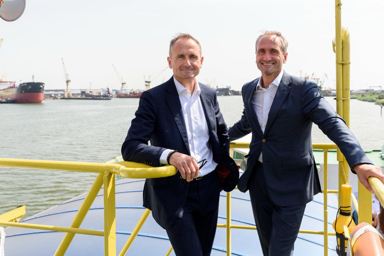 Malkų įlankoje veikiančių įmonių Vakarų laivų gamyklos ir Klaipėdos konteinerių terminalo vadovai - broliai dvyniai Arnoldas (kairėje) ir Vaidotas Šileikos.<br>A.Kubaičio nuotr.