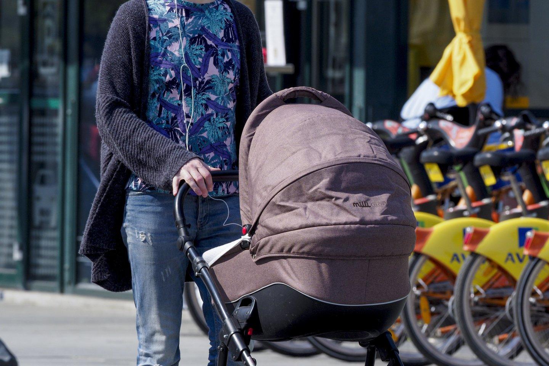 Moters teirautasi, ką ji, prireikus išvykti, darys su savo mažamečiu vaiku.<br>V.Ščiavinsko nuotr.