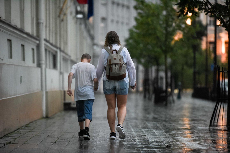 Moters teirautasi, ką ji, prireikus išvykti, darys su savo mažamečiu vaiku.<br>J.Stacevičiaus nuotr.