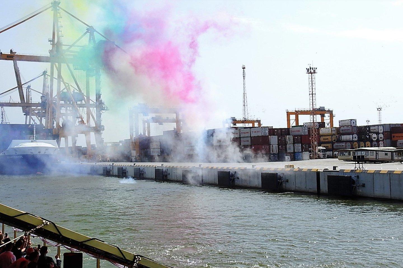 Klaipėdos konteinerių terminalą nutvieskė fejerverkai.<br>A.Kubaičio nuotr.