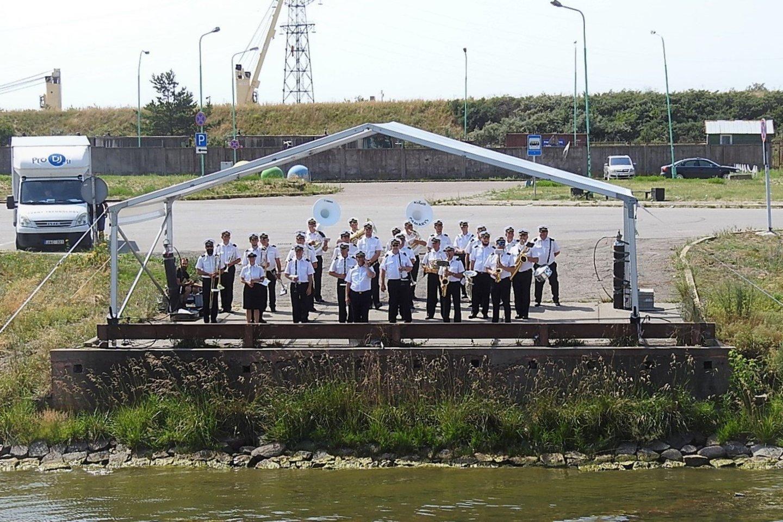 Orkestras iškilmių dalyvius sveikino ir nuo Malkų įlankos kranto.<br>A.Kubaičio nuotr.