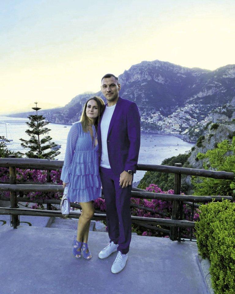Neseniai 11 metų vestuvių sukaktį atšventę krepšininkas Jonas (36 m.) ir Agnė (33 m.) Mačiuliai mėgaujasi laiku dviese.<br>Asmeninio albumo nuotr.