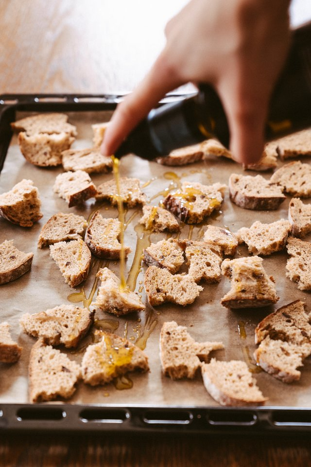 Pastovėjusią duoną visada galima atgaivinti ją skrudinant ar net kepant ant grotelių, taip prikeliant šį gaminį antram gyvenimui.<br>Pranešimo autorių nuotr.