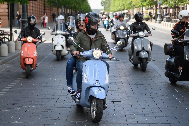 Po 6 valandų praktinio vairavimo mokymosi sulaukę 24 metų amžiaus, turintys 2 metų B kategorijos vairavimo patirtį asmenys galės vairuoti ir lengvąjį motociklą.<br>V.Skaraičio nuotr.