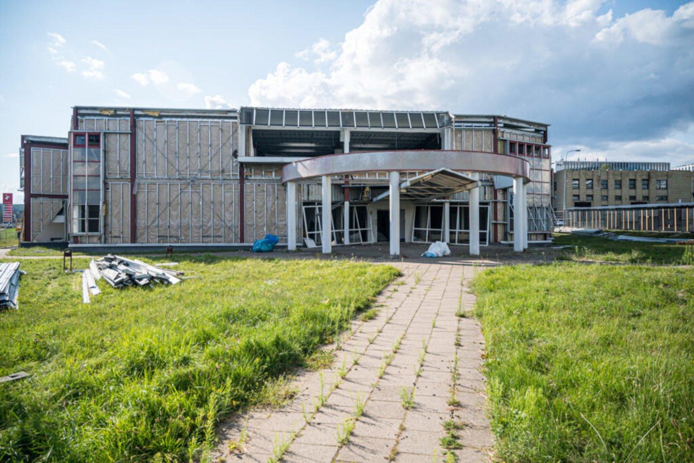 """Saltoniškėse, greta """"Viados"""" degalinės ir """"Hanner"""" verslo centro dar vadinamu """"pieštuku"""", prasidėjo nenaudojamo administracinio pastato griovimas.<br>Evaldo Čingos nuotr."""