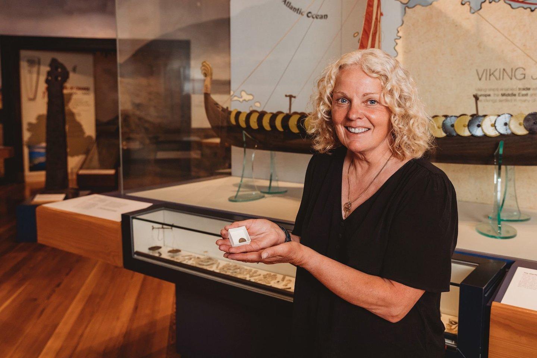 """Lobį aptikusi metalo detektoriaus savininkė Kath Giles.<br>""""Manx National Heritage"""" nuotr."""