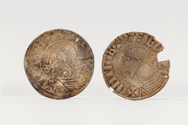 """Moneta sukaraliaus Sihtriko Šilkabarzdžio – norvegų karaliaus, valdžiusio maždaug nuo 989 iki 1036 – profiliu.<br>""""Manx National Heritage"""" nuotr."""