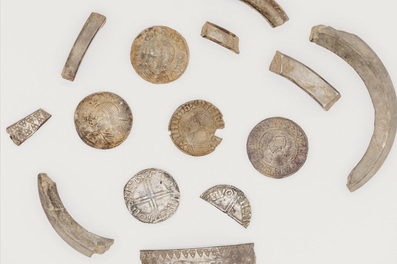 """Lobį sudaro monetos ir sulaužytos sidabrinės apyrankės.<br>""""Manx National Heritage"""" nuotr."""
