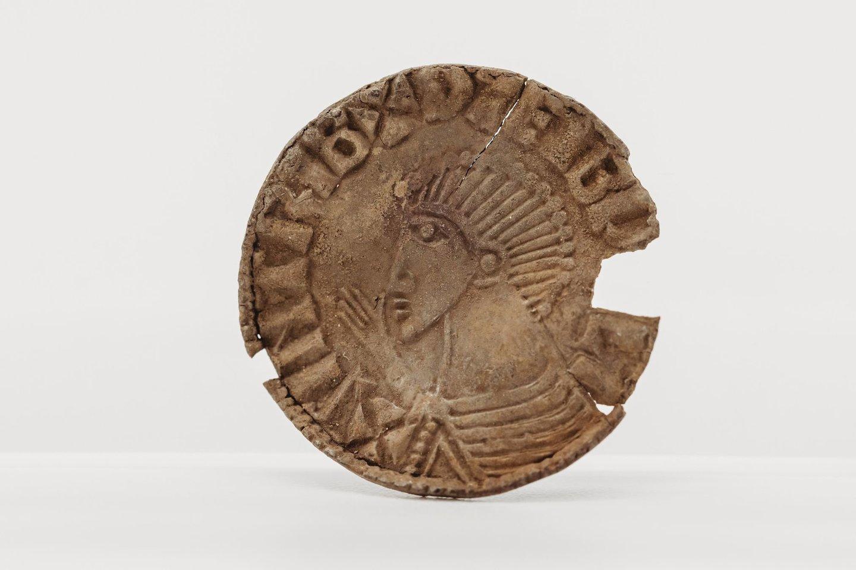 """Lobio moneta su karaliaus Sihtrico Šilkabarzdžio profiliu.<br>""""Manx National Heritage"""" nuotr."""