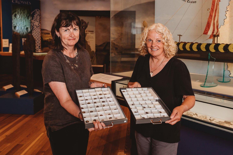 """Lob5 sudaro 87 sidabrinės monetos, 13 sidabrinių apyrankių ir keli kiti dirbiniai.<br>""""Manx National Heritage"""" nuotr."""