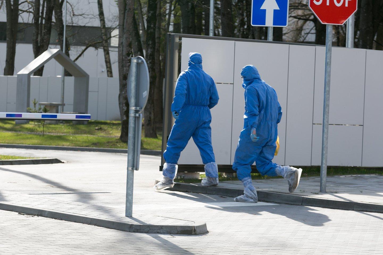 Santaros klinikos, autobusas, koronavirusas, pacientų autobusas, policijos palyda<br>T.Bauro nuotr.