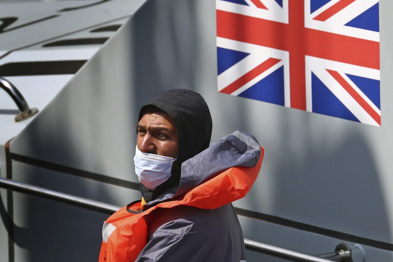 Į Jungtinę Karalystę kirtę Lamanšo sąsiaurį per vieną dieną pateko rekordiškai daug – mažiausiai 430.<br>AP/Scanpix nuotr.