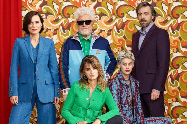 """""""Madres Paralelas"""" aktoriai su režisieriumi P.Almodovaru (centre)."""