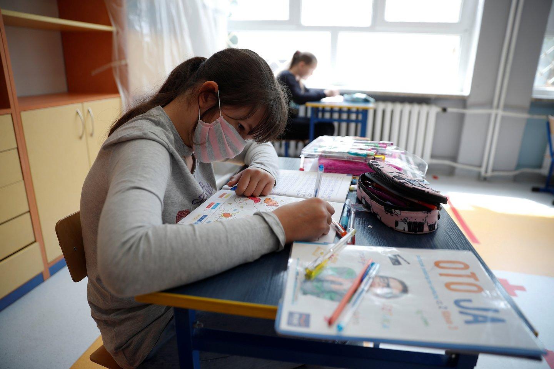 Mitinguotojos kaltino, jog P.Czarnekas nori mergaites išauklėti taip, kad jos taptų nepasitikinčios savimi, baikščios, paklusnios ir nuolankiai tarnautų vyrui. <br>Reuters/Scanpix nuotr.