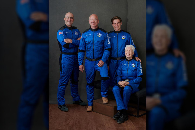 """Pirmuoju """"Blue Origin"""" į kosmosą pakilo amerikiečiai broliai Markas ir Jeffas Bezosai, belgas studentasOliveris Daemenas ir legendinė JAV aviatorėWally Funk.<br>Scanpix nuotr."""