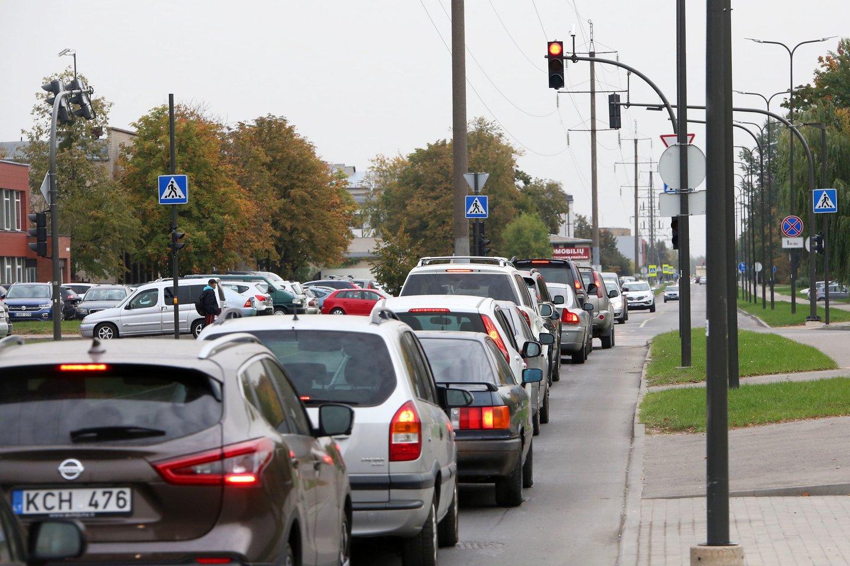Nuo 2023 metų 75 proc. automobilių naudotojų kasmet mokės už automobilį, priklausomai nuo to, kiek gramų anglies dvideginio jis išmeta į aplinką ir kokiu kuru yra varomas.<br>M.Patašiaus nuotr.