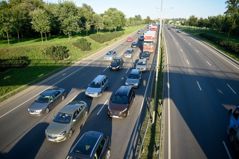Nuo 2023 metų 75 proc. automobilių naudotojų kasmet mokės už automobilį, priklausomai nuo to, kiek gramų anglies dvideginio jis išmeta į aplinką ir kokiu kuru yra varomas.<br>D.Umbraso nuotr.
