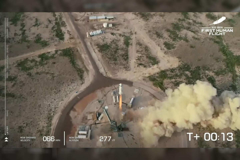 """Antradienį, 16 val. 12 min. Lietuvos laiku nuo Žemės paviršiaus atsiplėšė Jeffo Bezoso vadovaujamos kompanijos """"Blue Origin"""" raketa """"New Shepard"""".<br>AFP / Scanpix nuotr."""