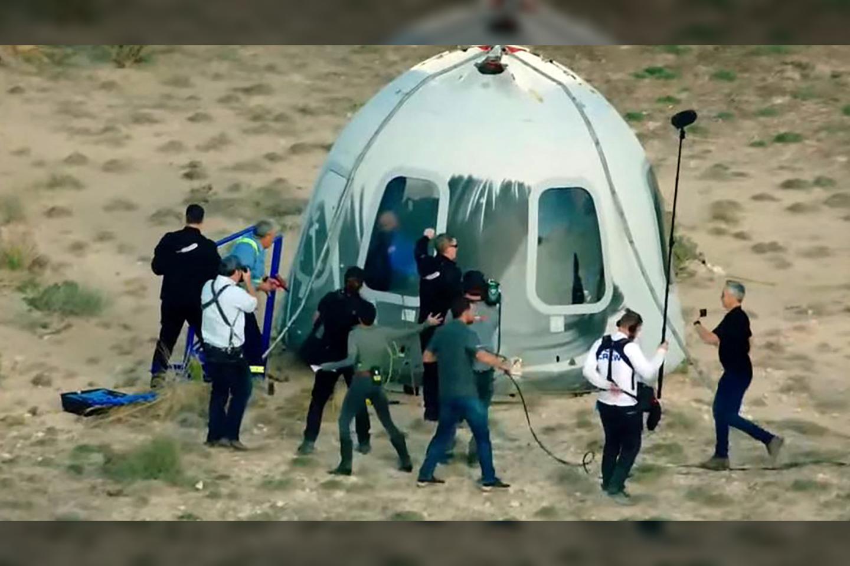 16 val. 26 min. prie kapsulės atvyko techninis personalas, kurio užduotis - parsivežti naujai iškeptus astronautus.<br>AFP / Scanpix nuotr.
