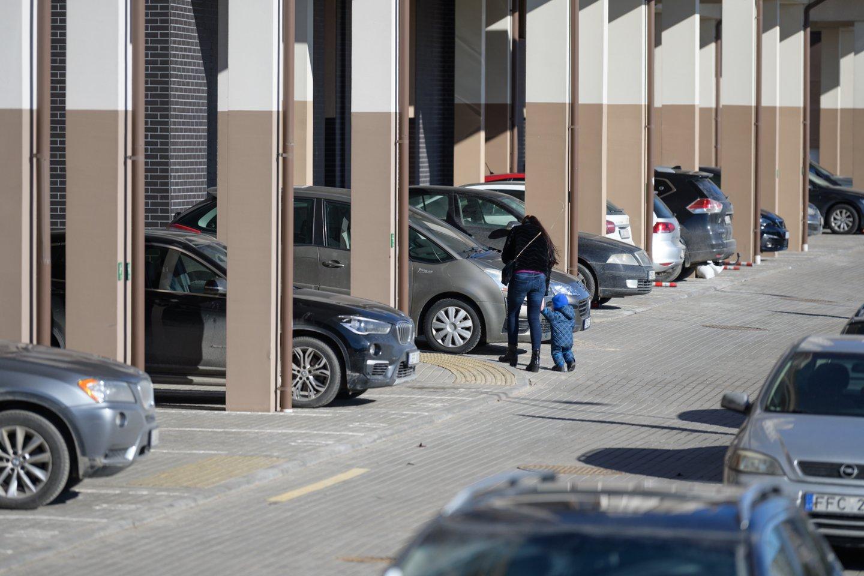 Automobilių stovėjimo vietų trūkumas daugiabučių gyventojams sukelia nemažai problemų.<br>V.Skaraičio nuotr.
