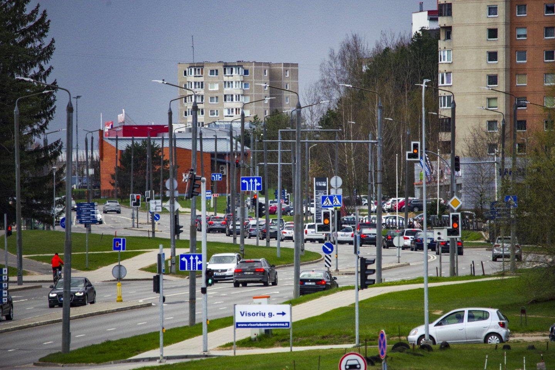 Automobilių stovėjimo vietų trūkumas daugiabučių gyventojams sukelia nemažai problemų.<br>V.Ščiavinsko nuotr.