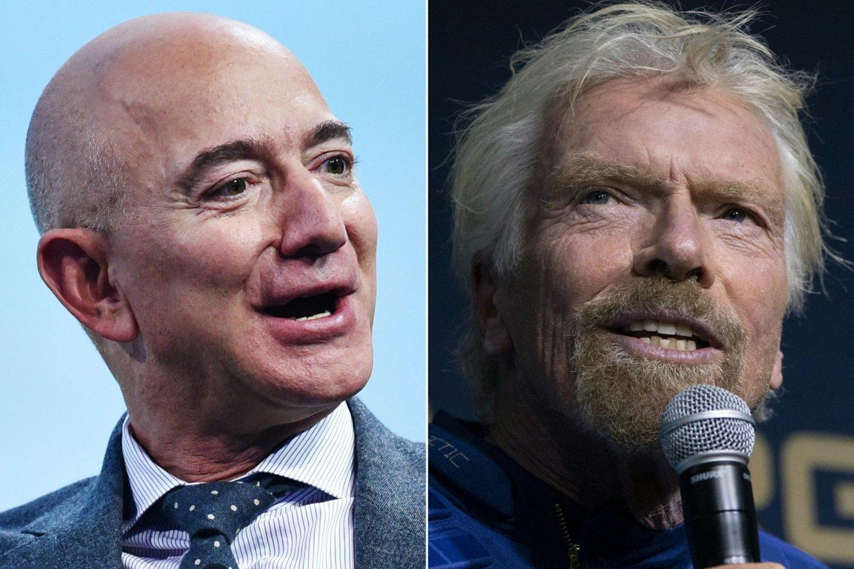 """R. Bransonas pasveikino """"kolegą"""" J. Bezosą su sėkmingu skrydžiu į kosmosą.<br>AFP/Scanpix nuotr."""