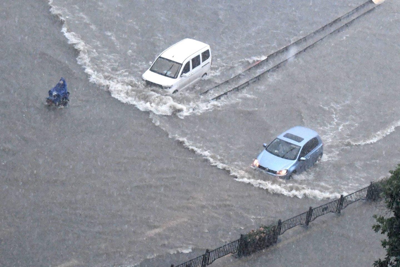 Audrų nuniokotam Kinijos regionui gresia užtvankos griūtis.<br>SIPA/Scanpix nuotr.