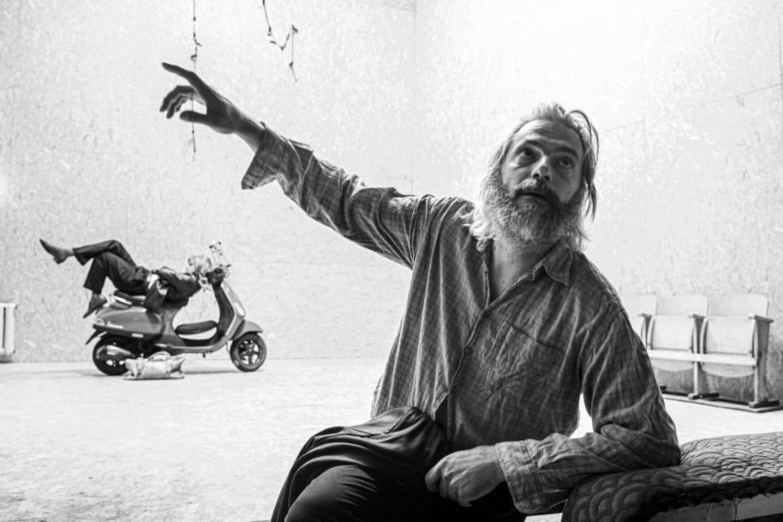 """Akimirka iš spektaklio """"Dėdė Vania"""" repeticijos.Nuotraukoje režisierius Tomis Janežičius.<br>D.Matvejevo nuotr."""
