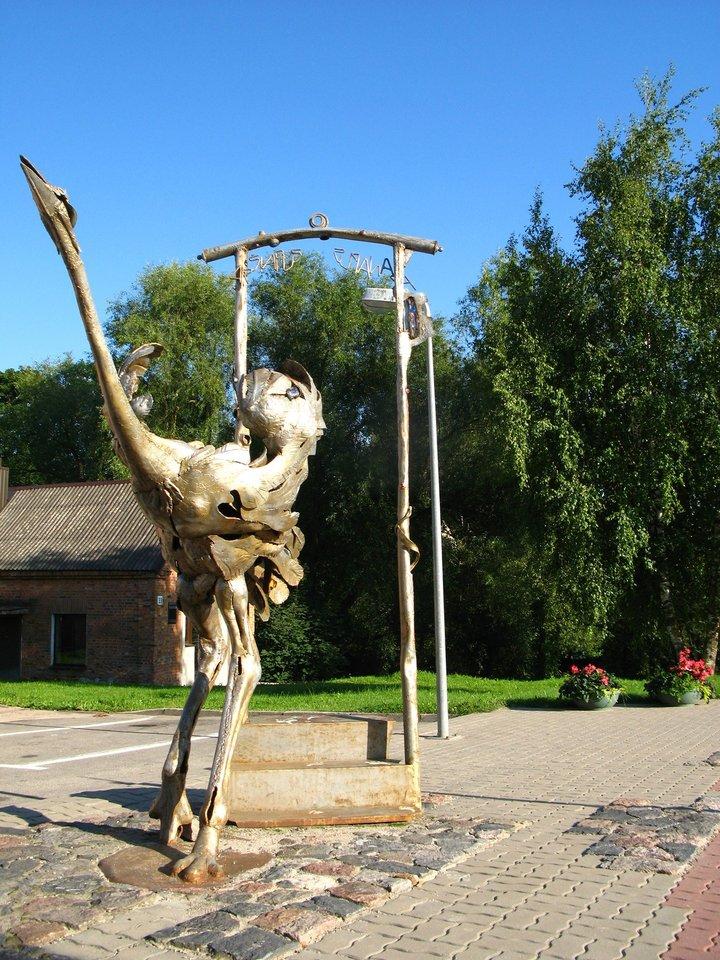 """Muziejus po atviru dangumi. Skulptoriaus H. Orakausko skulptūros mieste. Skulptūra """"Svečias""""."""