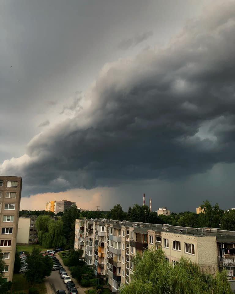 Sinoptikai: vasarišką šilumą keis trumpi lietūs, kai kur gali pasigirsti perkūnijos griausmas.<br>J.Pri