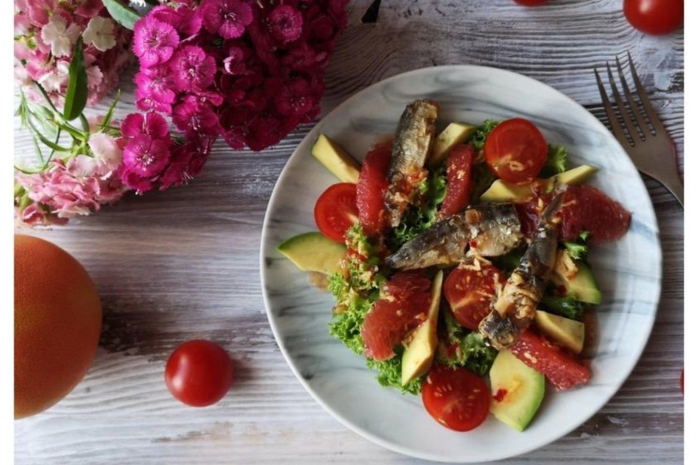 """Salotos su sardinėmis, greipfrutu ir avokadu.<br>""""Kviečiu į virtuvę"""" nuotr."""