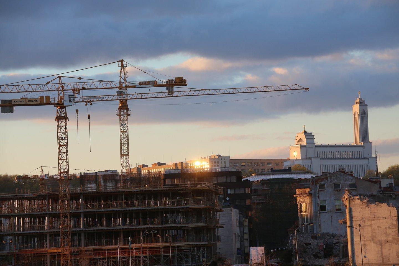 Statybinių žaliavų kaina, įskaitant ir kurą, yra aukščiausia nuo 2014 metų, ir per pastaruosius metus ji paaugo 60 procentų. Per vienerius metus bendra metalų kaina padidėjo 40 proc. , vario – 85 proc., geležies – 113 proc., aliuminio – 59 proc., o energijos produktų – net 172 procentais.<br>M.Patašiaus nuotr.
