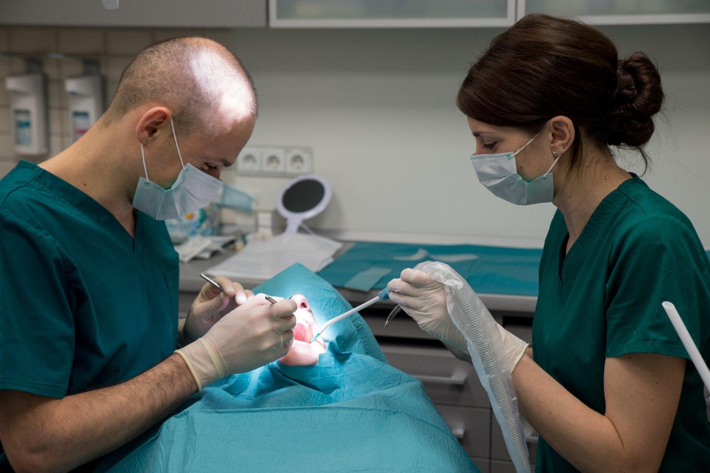 Gydytojai-odontologai pastebi, jog vasaromis susidaro nemažos laukiančiųjų eilės dėl padidėjusių traumų skaičiaus, todėl ir apsilankymo pas odontologą laukimas, ir gydymo procesas gali užtrukti.<br>V.Ščiavinsko nuotr.