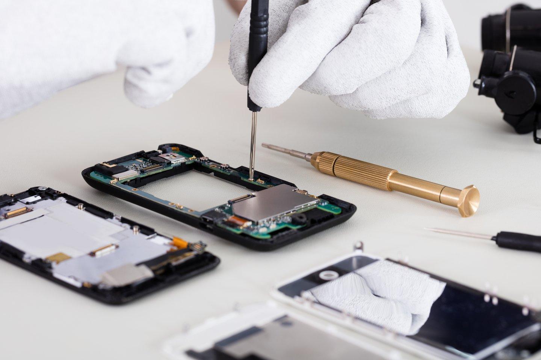 Pasaulinį puslaidininkių deficitą jau pajuto ir išmaniųjų telefonų gamintojai.<br>123rf nuotr.