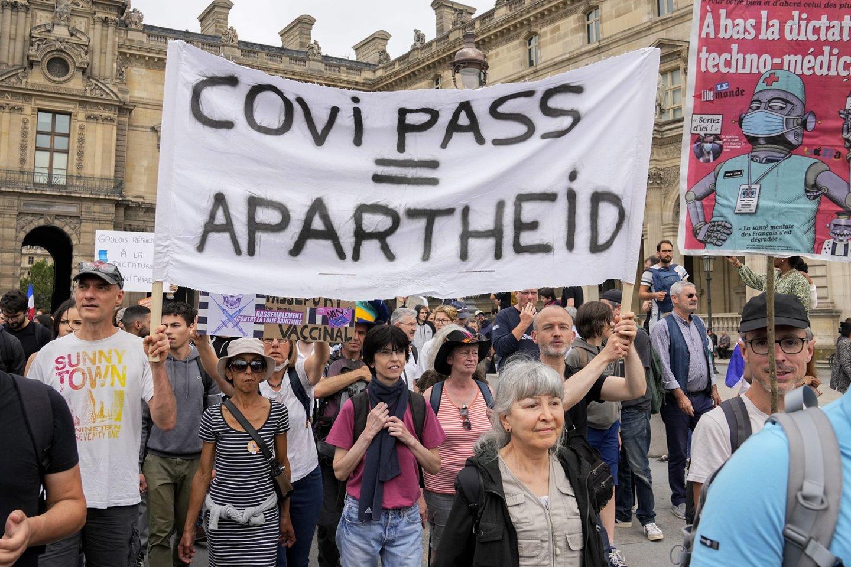 Daugiau nei 100 tūkst. žmonių šeštadienį išėjo į gatves, protestuodami prieš šalies prezidento Emmanuelio Macrono planą įgyvendinti Lietuvoje egzistuojančio galimybių paso atitikmenį – sveikatos pasą.<br>AP/Scanpix nuotr.