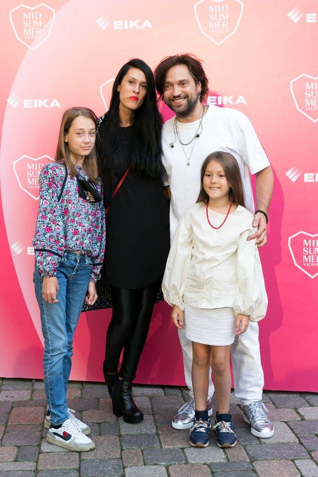 Žemyna Žymantaitė ir Leonas Somovas su dukromis.<br>T.Bauro nuotr.