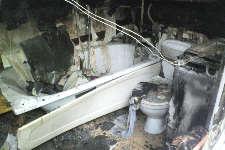 Gaisrą Šakių rajono pensininko namuose sukėlė įjungta sena skalbimo mašina.<br>Ugniagesių nuotr.