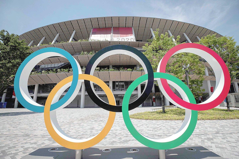 """Prie Tokijo olimpinio stadiono – visiškai jokio šurmulio: dėl neslopstančios koronaviruso pandemijos japonai priversti šias žaidynes rengti be žiūrovų.<br>AFP/""""Scanpix"""" nuotr."""