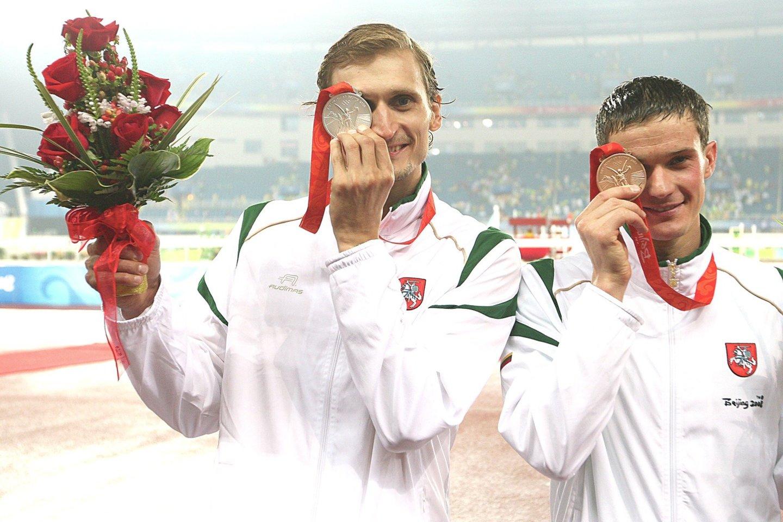 2008 m. Pekine šiuolaikinės penkiakovės varžybose antrąją vietą užėmė E.Krungolcas, trečiąją – A.Zadneprovskis. Tai buvo vienintelis kartas, kai pagerbiant olimpinius prizininkus stadione tuo pat metu plevėsavo dvi Lietuvos trispalvės.<br>Nuotr. iš LR archyvo