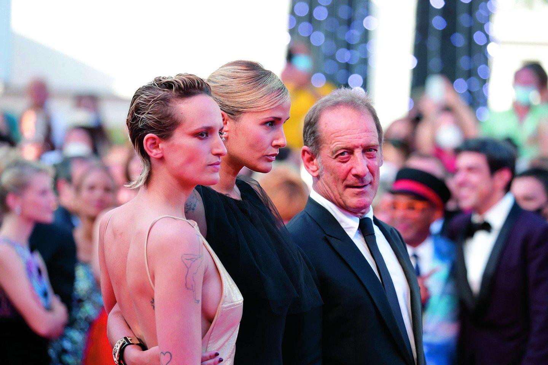 """Kanuose Auksinę palmės šakelę pelniusi režisierė J.Ducournau (dešinėje) su pagrindine """"Titanės"""" aktore A.Rousselle.<br>""""Scanpix"""" nuotr."""