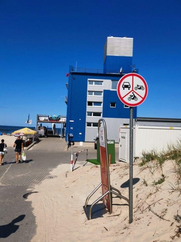 """""""Kelių eismo taisyklių masiniai pažeidinėjimai Palangos gelbėjimo stoties parkingo vietoje, Žvejų gatvėje"""".<br>Skaitytojos nuotr."""
