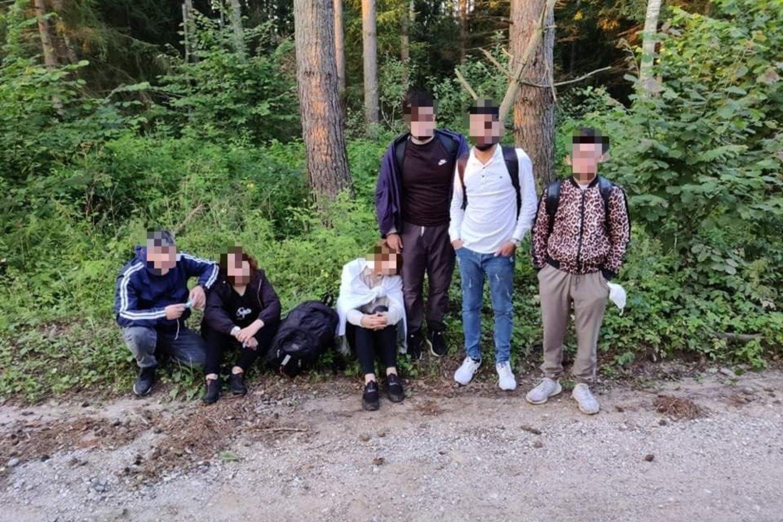 Praėjusią parą pasieniečiai sulaikė dar 110 neteisėtų migrantų iš Baltarusijos.<br>VSAT nuotr.